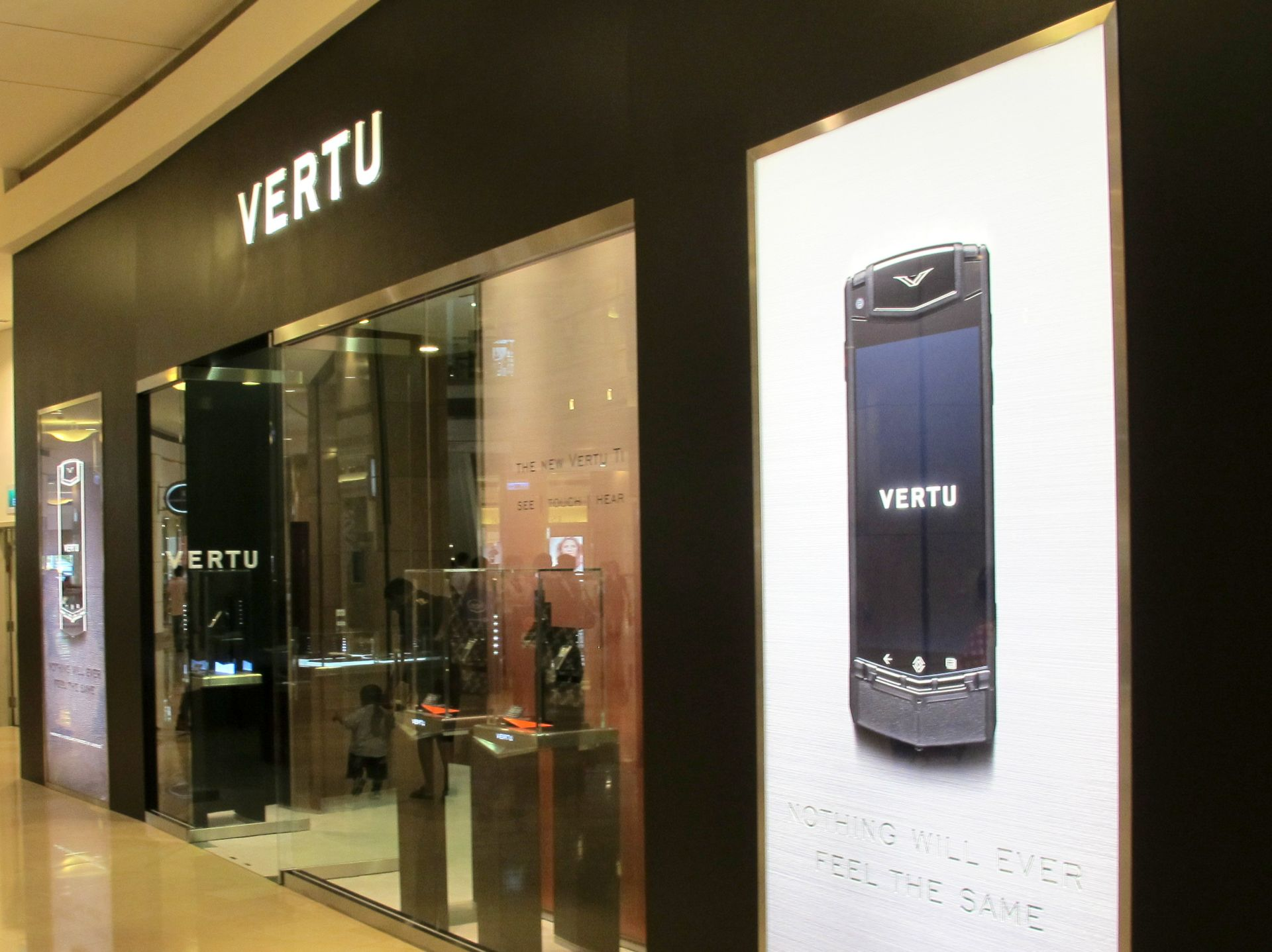 vertu_luxury_mobile_phones_in_store_window