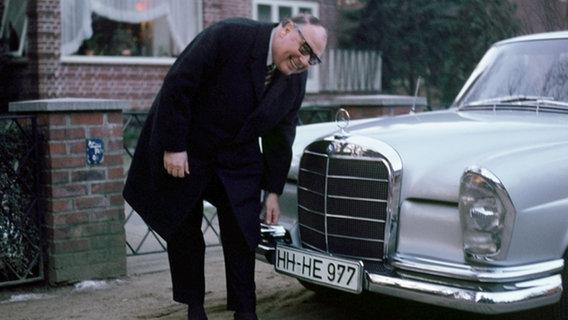 Heinz Erhardt mit seinem Mercedes Benz