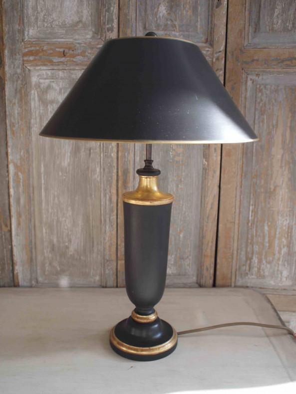 Lampe mit schwarzem Lampenfuß