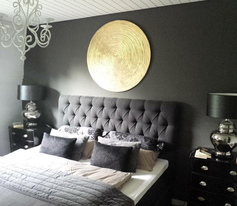 Atelier Kathrin Geller_rundes Objekt gold über einem Bett
