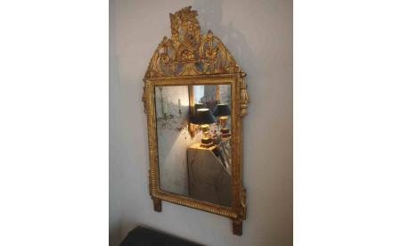 vergoldeter Spiegel mit Aufsatz