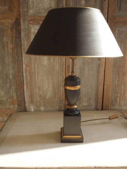 Lampe mit schwarzem Schirm